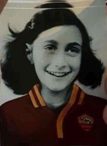 Il ritorno del fascismo: gli adesivi con l'immagine di Anne Frank in maglia romanista
