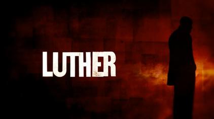 La quinta stagione di Luther si apre come sempre con l'usuale silhouette del detective nei titoli di apertura