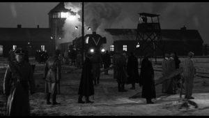 L'arrivo dei treni nell'inferno di Auschwitz