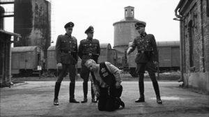 Lo spietato comandante nazista Amon Goeth (Ralph Fiennes) semina morte