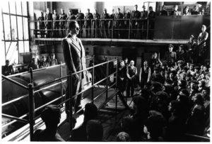 Oskar Schindler al cospetto dei suoi operai