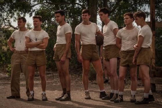 una foto dalla serie tv che riprende i soldati