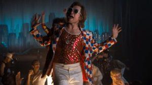 I diversi costumi e gli occhiali utilizzati da Taron/Elton in Rocketman sono innumerevoli