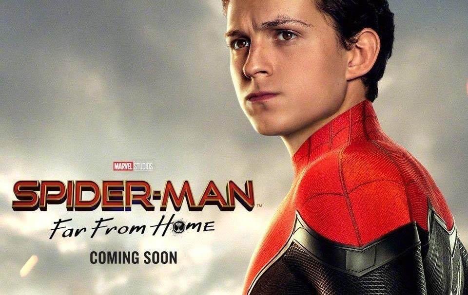 Il banner orizzontale di Sèiderman Far From Home mostra Peter Parker vestito da Spiderman ma senza la maschera e con lo sguardo serio