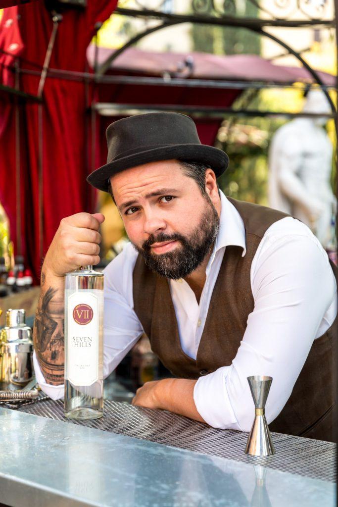 Foto di Federico Leone barman romano e global brand ambassador del VII Hills Italian Dry Gin che ha creato un cocktail a tema cinema ispirato a C'era una volta in America