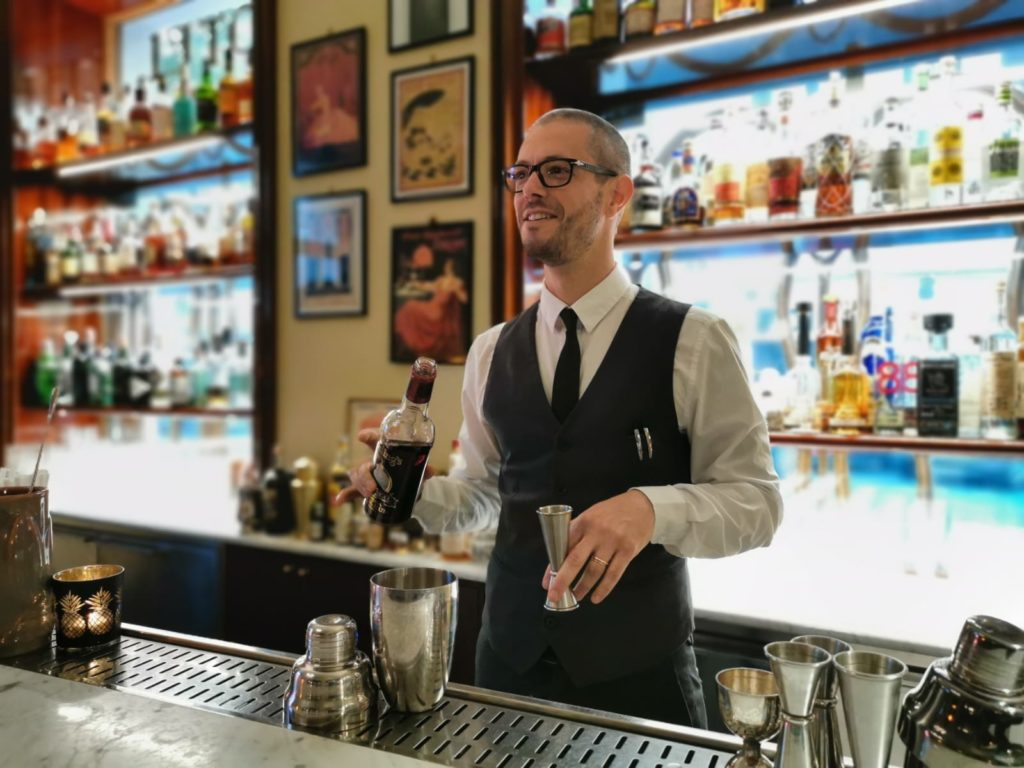 Nicholas Pinna, bar manager di Hotel Locarno, creatore del cocktail a tema film surfin' bird