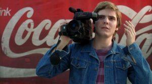Daniel Bruhl è Alex, un giovane che fa di tutto per mantenere in piedi la DDR dei sogni per sua mamma