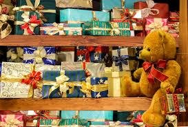 pacchetti sotto l'albero ch epossono contenere giochi da tavola da regalare ai bambini