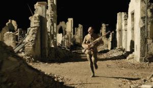 Il soldato Schofield fugge tra le rovine illuminate dai razzi in una delle scene più evocative