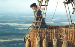 Eddie Redmayne interpreta James Glaisher, metereologo inglese che compì realmente l'impresa narrata nel film