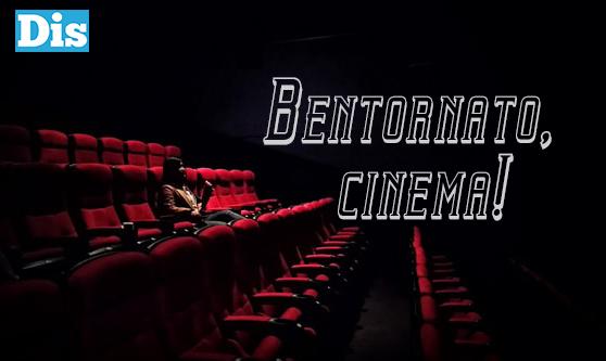 Una spettatrice approfitta dei cinema aperti per godersi un film in sala