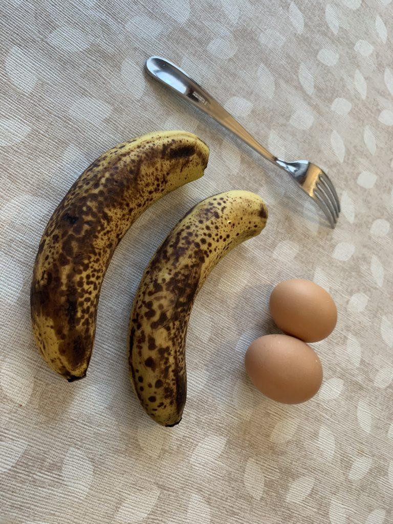 Le banane diventano marroncine a causa di un gas che producono: l'etilene. Questo gas le porta a continuare la maturazione velocemente anche dopo essere state raccolte.