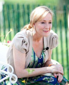 L'autrice J. K. Rowling è stata accusata di transfobia a causa delle sue affermazioni sulla disforia di genere