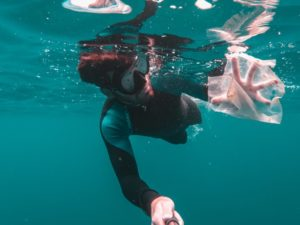 Ogni anno la quantità di plastica in mare aumenta da cinque a dodici milioni di tonnellate. In questa foto ne vediamo un esempio, seguendo un uomo intento a fare un'immersione