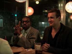 """Jason Segel e André """"3000"""" Benjamin in Dispatches from elsewhere"""