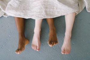 La melanina è una molecola colorata che assorbe la luce. Esistono diversi tipi di melanina e il colore della pelle dipende dalla loro abbondanza relativa