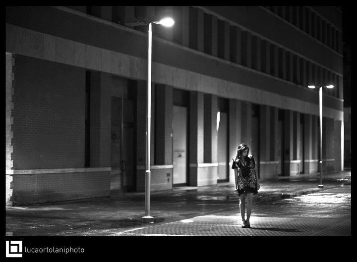 """Di notte, soli, al passo """"strallato"""" del lampione"""