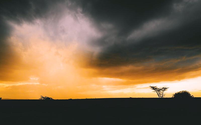 Il cielo dell'Africa, l'immagine che abbiamo scelto per illustrare questa favola africana sul pappagallo, il ghepardo e la pozza d'acqua