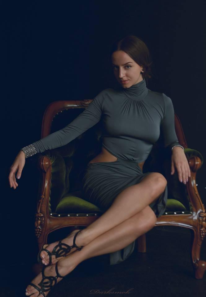 L'abito aderente incensa il petto – A skintight dress incenses a chest