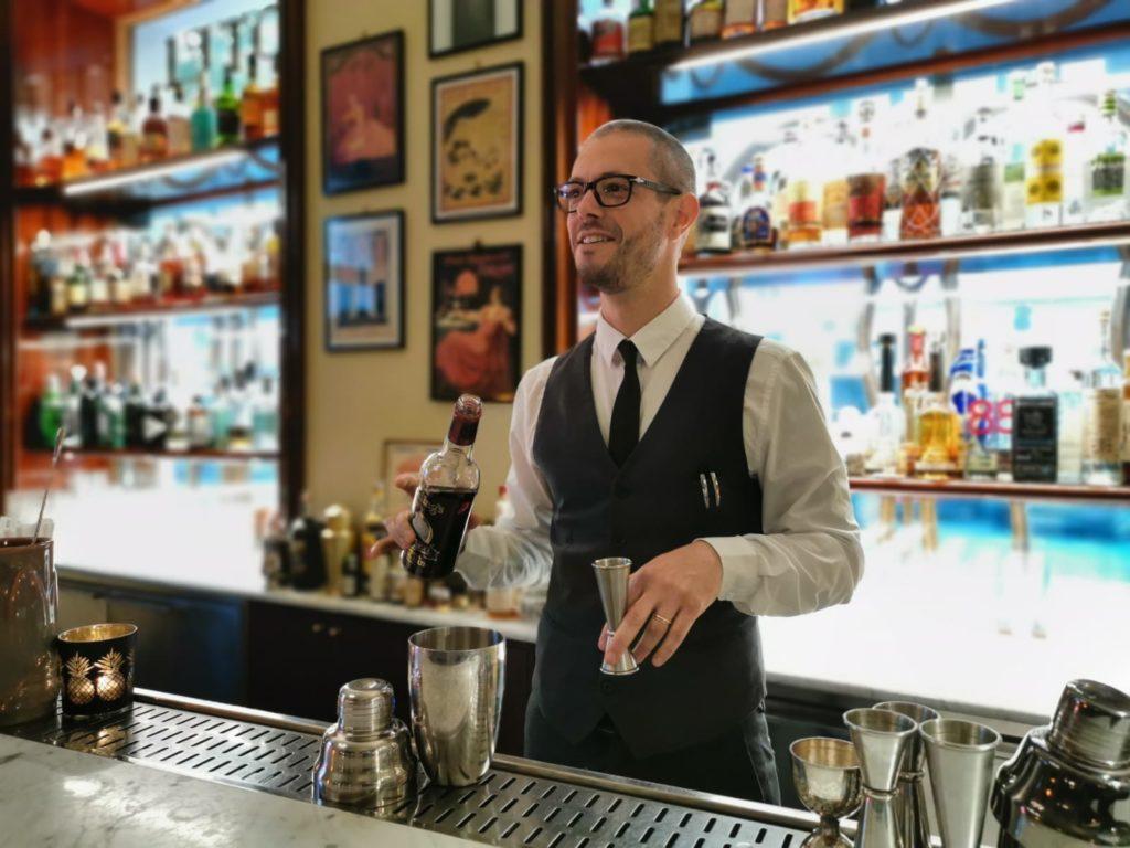 Nicholas Pinna, bar manager di Hotel Locarno, creatore del cocktail a tema film surfin' bird