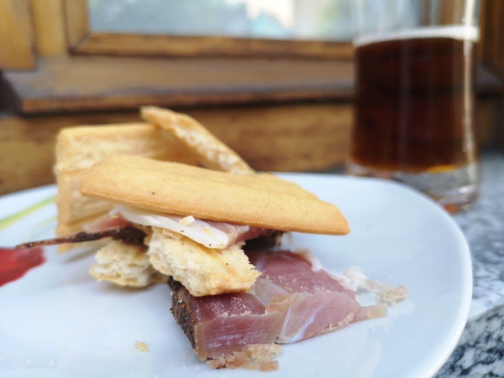un bel piatto di salumi con una fetta di pane e un bicchiere di birra... cosa c'è di meglio?