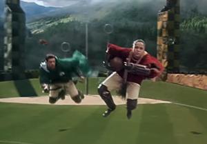 """Un momento della partita di Quidditch tra Grifondoro e Serpeverde, nel film """"Harry Potter e la camera dei segreti"""""""