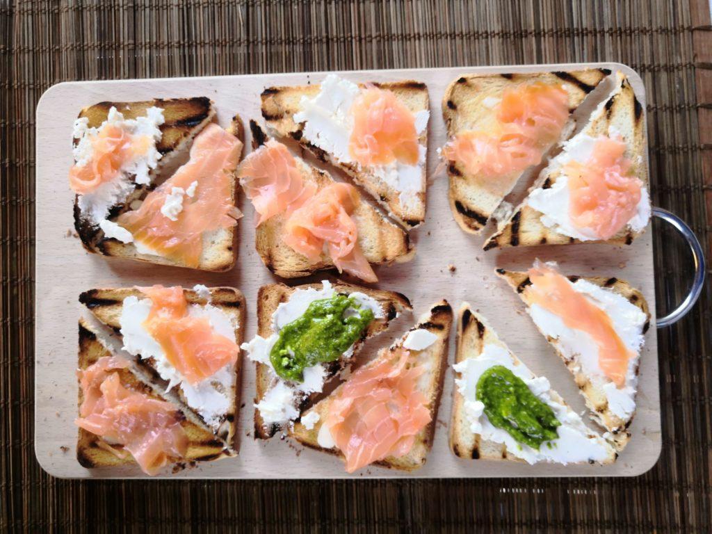 Vi presentiamo le tartine con il salmone: tra i secondi piatti estivi... è di sicuro il più veloce!