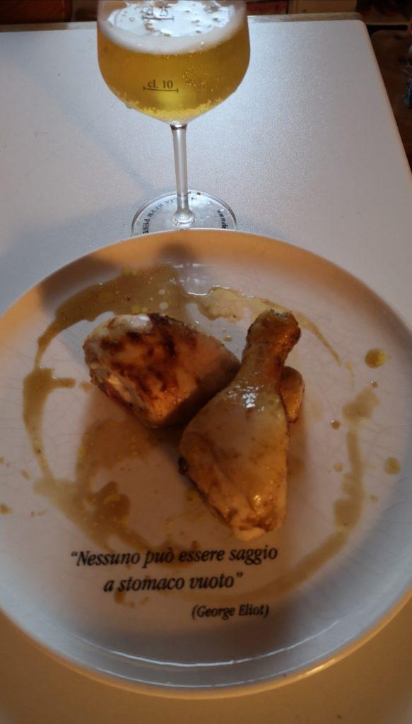 In questa foto è rappresentata la carne di pollo con una birra bitter che si abbina benissimo!