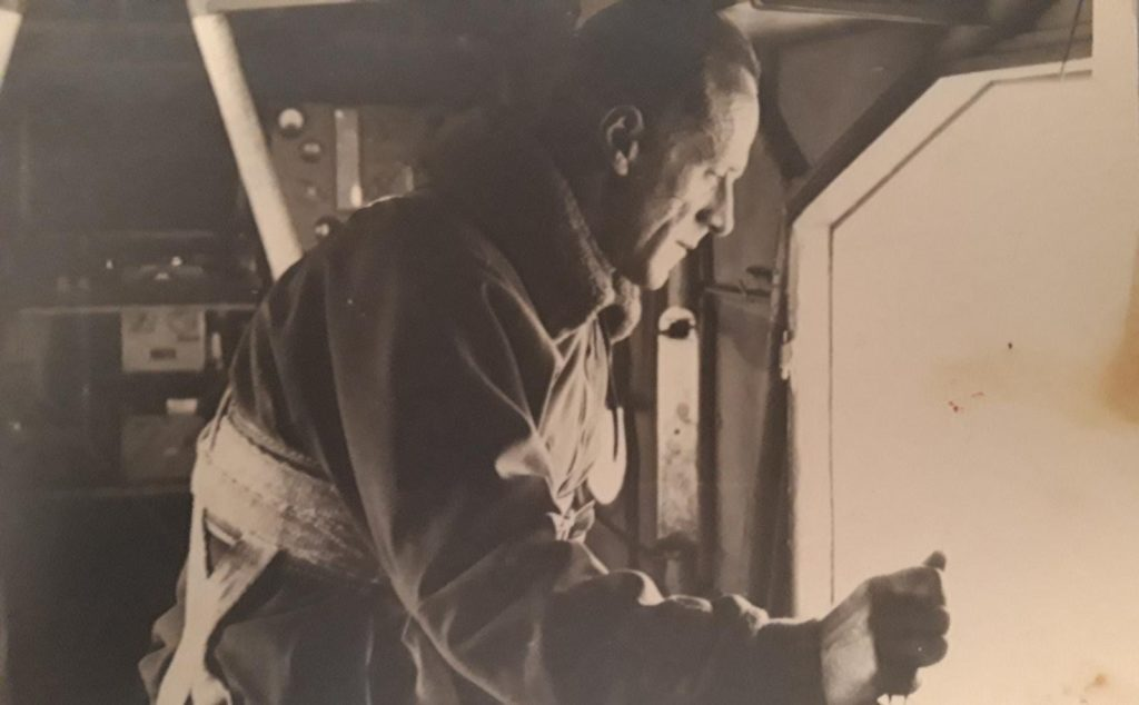 Il Maggiore Filiberto Cardenti durante un'operazione su un aereo militare, in attesa di paracadutarsi