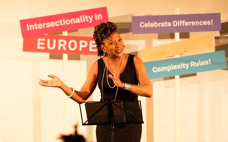 Kimberlé Crenshaw, la prima a parlare di femminismo intersezionale, in uno scatto del 2018