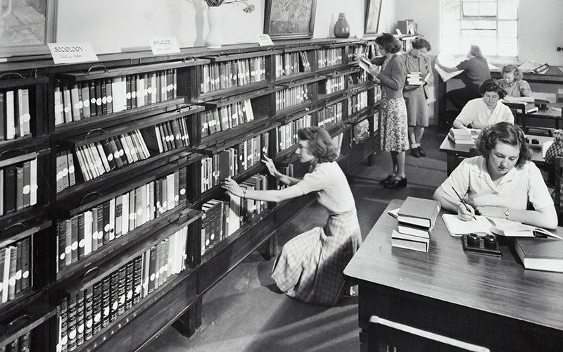 Un college di scienze domestiche per donne in Australia, anni 60 circa. Breve storia del femminismo e delle sue ondate