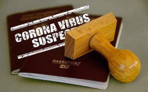 """Un passaporto e il timbro """"Sospetto di Coronavirus"""""""