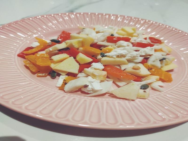 in questo piatto si vede l'insalata di feta peperoni mele e finocchi
