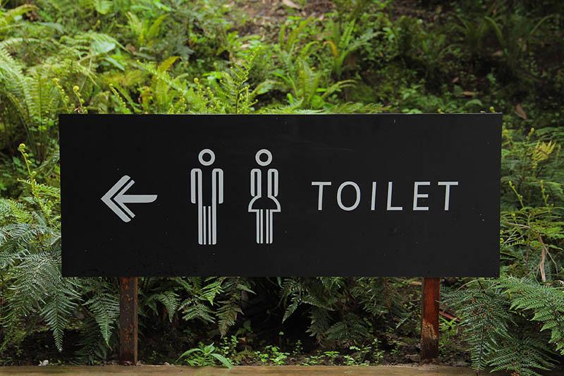 L'insegna di un bagno pubblico - stereotipi