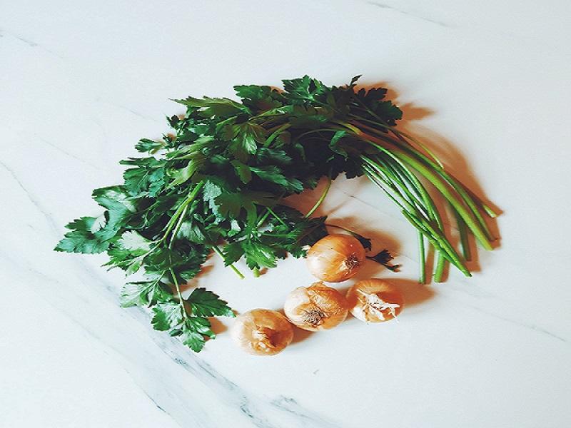 in questa foto si vedono verdure di stagione