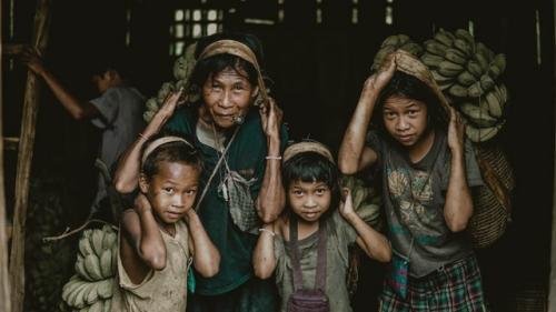 Impatto sociale della filiera alimentare: quattro raccoglitrici di banane nelle Filippine