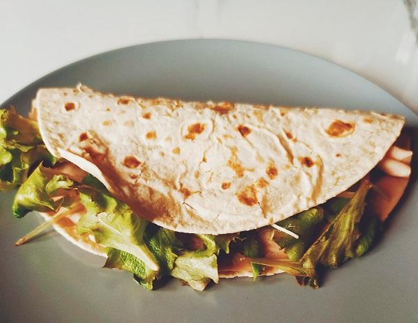 piadina ripiena di arrosto di tacchino, insalata e patè di olive