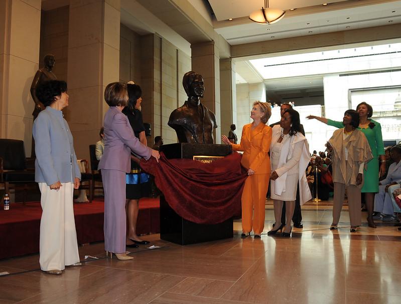 Michelle Obama, Hillary Clinton e Nancy Pelosi scoprono il busto di Sojourner Truth al Campidoglio